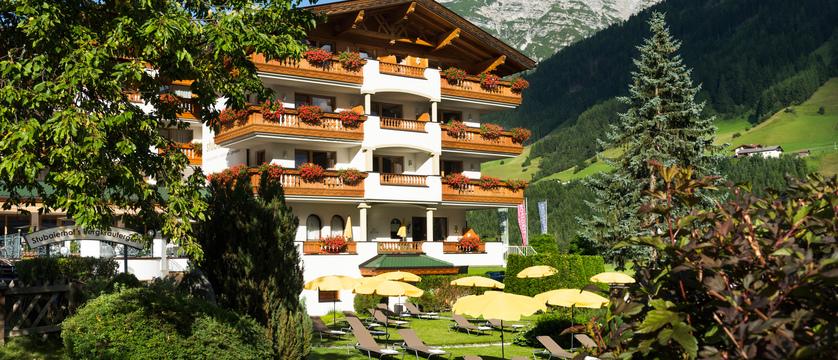 exterior-hotel-der-stubaierhof-neustift-austria.jpg